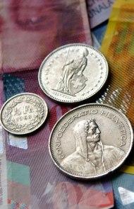 Центробанк Швейцарии отказался от привязки франка к евро