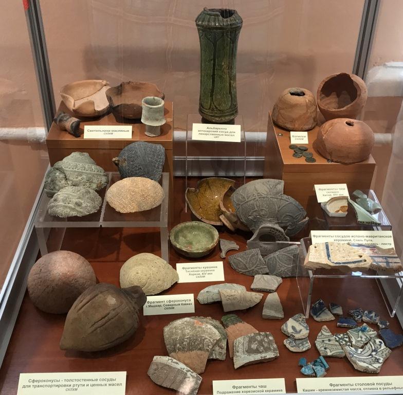 Древняя керамика в музее Симферополя.