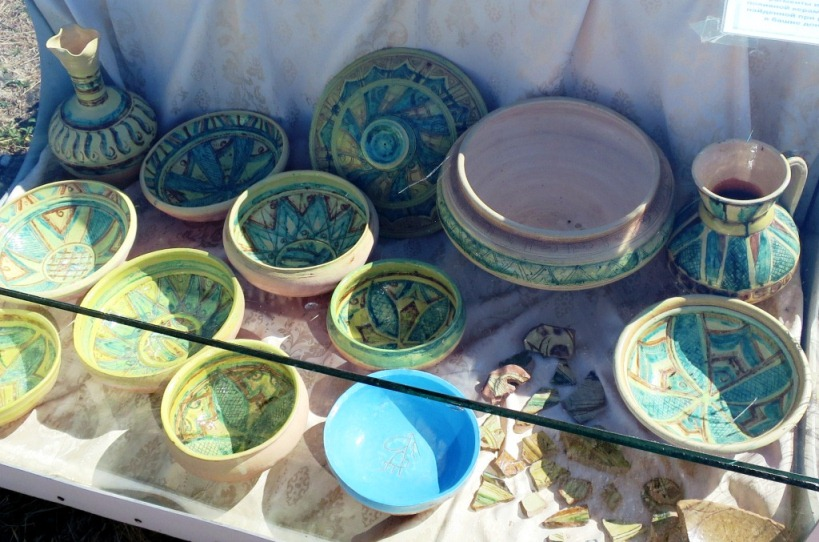 Красивая керамическая посуда.