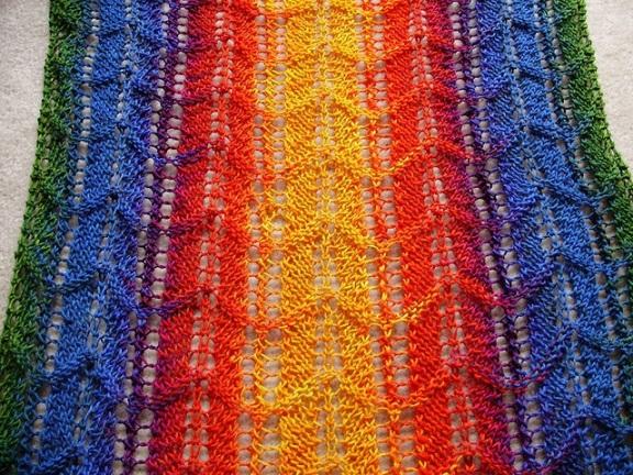 Шарф в вертикальную полоску из разноцветных ниток.